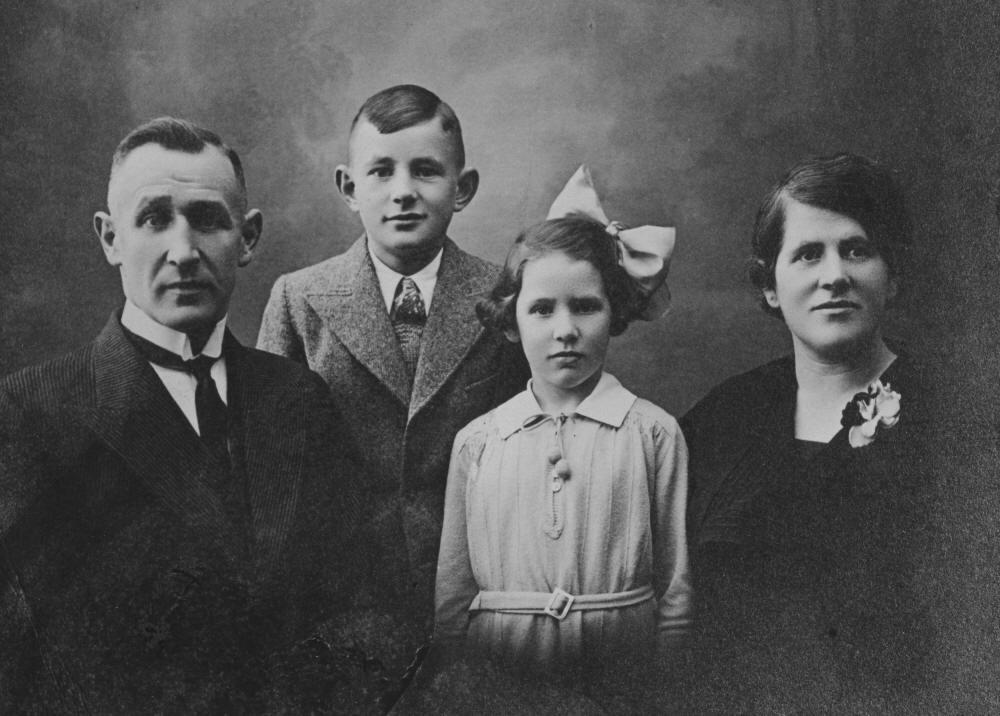 Johan Christiaan, Bertus, Thea, and Geertruida van Eerden te Selle (Photo taken in 1935)